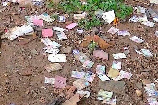 Papiers d'identité sur le sol dans la rue à Mada