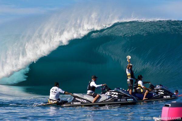"""L' équipe de sécurité des  """"waterpatrol""""  alerte le public  et les surfeurs de l' arrivée d' une série à l' aide d' une  sirène depuis un porte voix ."""