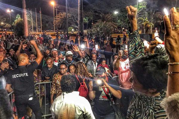 Ericka Bareigts et ses militants célèbrent leur victoire.