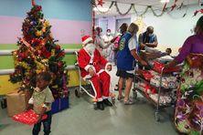 Le Père-Noel est venu avec une centaine de cadeaux.