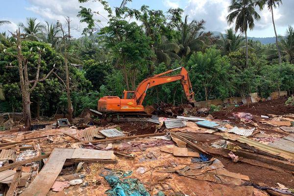 Destruction de cases en tôles à Kahani