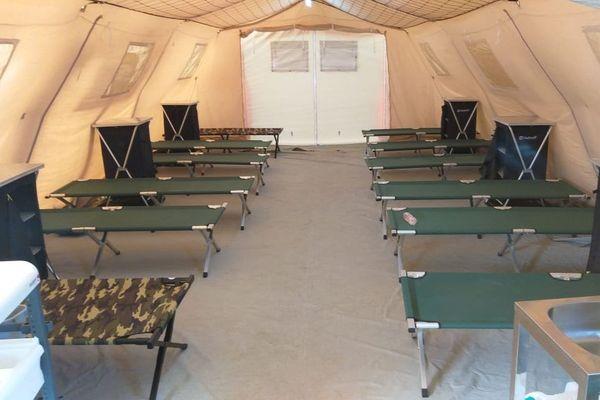 Les lits picots des futurs patients de l'hôpital de campagne