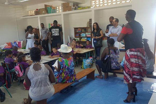 Elèves et parents dans une classe de l'école Zéphyr