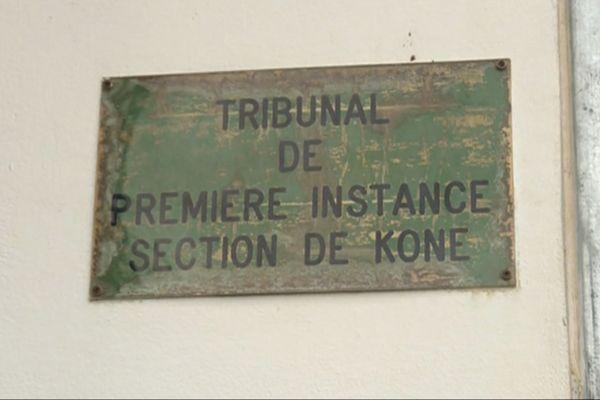 Procès Clavel, plaque du tribunal de Koné