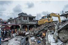 Un bulldozer débarasse les gravats après le séisme du 14 août, dans la ville des Cayes, en Haïti