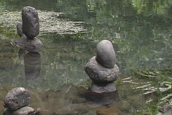Statues de pierre à la source Vaima