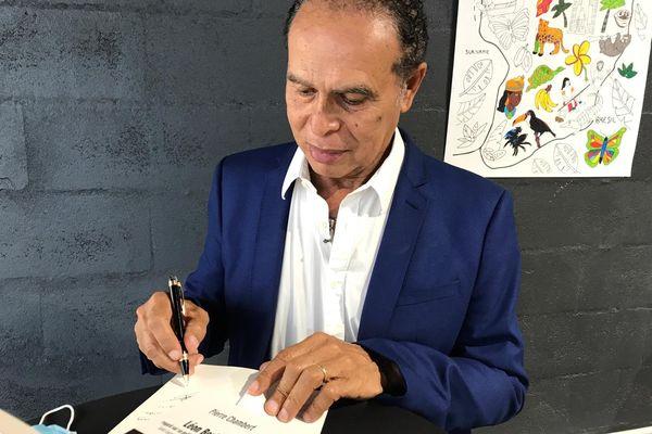 """Léon Bertrand en signature lors de """"Lire en hamac"""""""