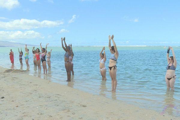 «Toutes à l'eau, avec ou sans lolo»: la baignade de l'espoir pour les femmes atteintes du cancer du sein