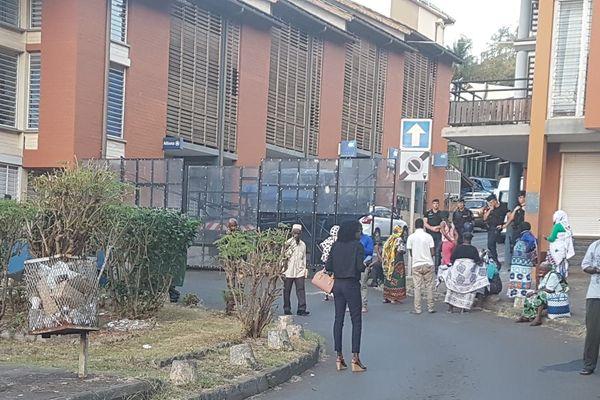 Les mamans qui dormaient devant le service des étrangers de la préfecture ont été délogées par les gendarmes vers 5 h du matin