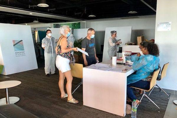 Un laboratoire s'est installé à l'aéroport Roland Garros ce dimanche 17 janvier pour tester les voyageurs.