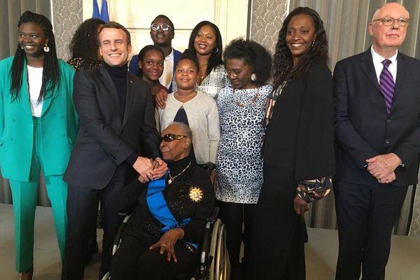 Maryse Condé et une partie de sa famille avec Emmanuel Macron