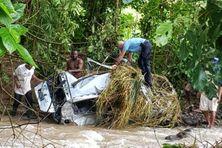 Une voiture emportée par les eaux quartier Bezaudin à Sainte-Marie.