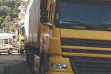 Camions de passage dans le bourg de la ville de Saint-Pierre