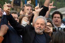 L'ex-président brésilien Luiz Inacio Lula da Silva à sa sortie de prison à Curitiba, le 8 novembre 2019