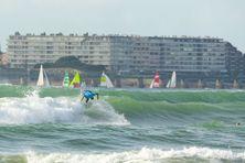 Les 57e championnats de France de surf se tiennent du 23 au 31 octobre 2021 aux Sables d'Olonne (Vendée). Sur la photo, le Réunionnais Jorgan Couzinet.
