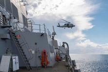 Hélicoptère Sea Hawk et Destroyeur Lance Missile USS Kidd pendant des opérations dans l'est de l'Océan Pacifique