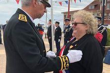 Karine Claireaux reçoit du Préfet Thierry Devimeux la médaille d'honneur des douanes