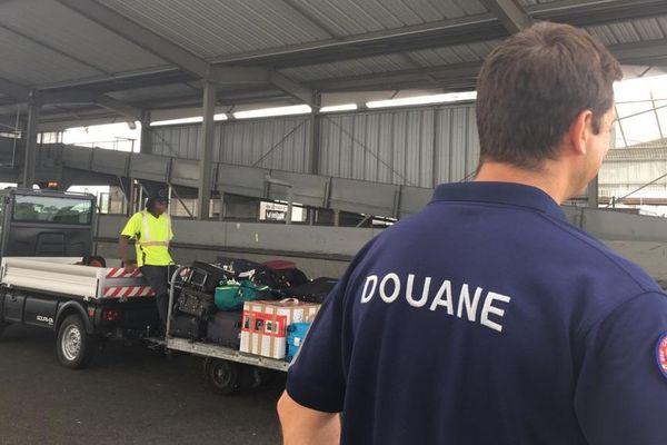 Douanes en activité à l'aéroport Félix Eboué