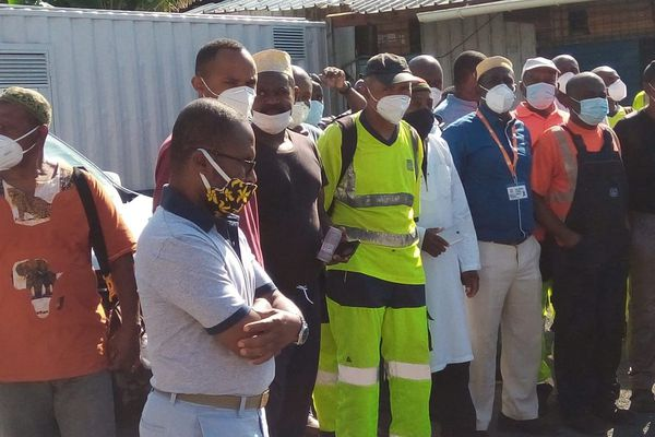 Au premier plan Balahache Ousséni, secrétaire départemental UI-CFDT, venu soutenir le délégué CFDT mis à pied