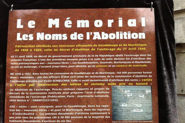 Des panneaux pédagogiques sont consacrés aux patronymes attribués au moment de l'abolition