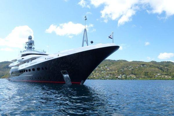 Le prestigieux yacht dans la baie du Marin