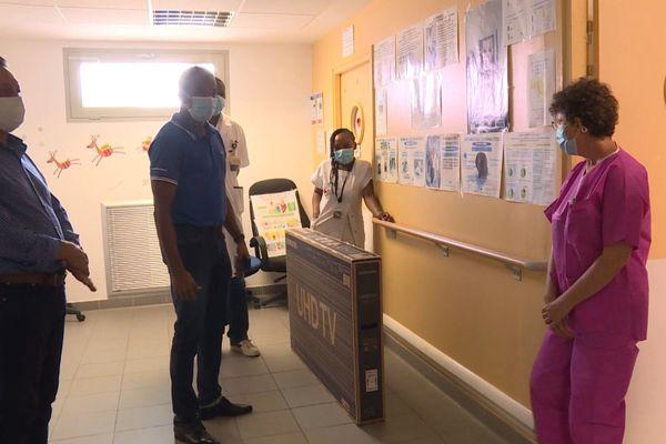 Remise d'une télé au service pédiatrie de Kourou