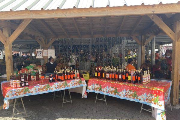 Un stand de liqueurs au marché de Noël de Fort-de-France