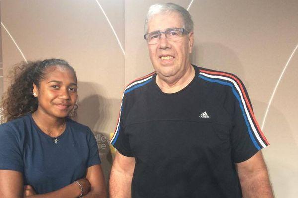 La handballeuse Suzanne Wajoka et le président de la ligue calédonienne Yvon Hahn.