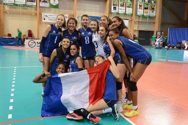 Fetuao Tangopi (assise en bas à gauche) célèbre la victoire sur les Pays-Bas qui offre la 2e place à l'équipe de France U16