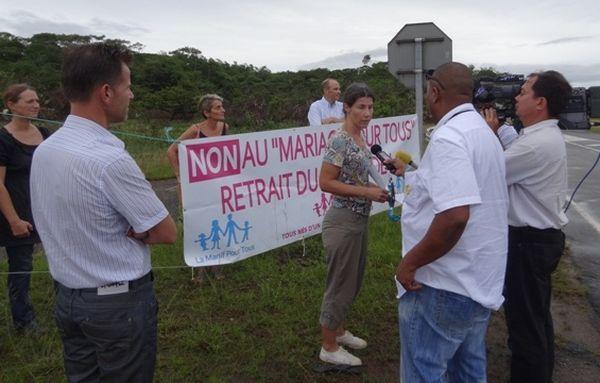 Des manifestants accueillent Mmme Taubira au carrefour Boucan
