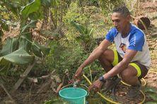 A Mafate, Cléo Libel, champion de trail, rencontre toutes les peines du monde à alimenter son foyer en eau.