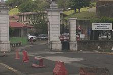 C'est juste devant le bâtiment de la marine nationale que l'homme a stationné son véhicule.