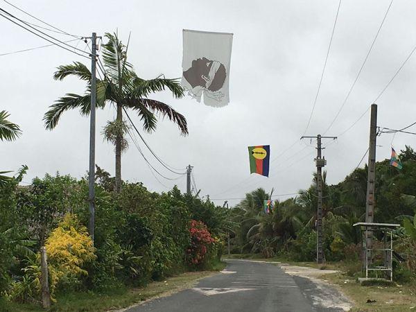 Ouvéa drapeaux corse et Kanak
