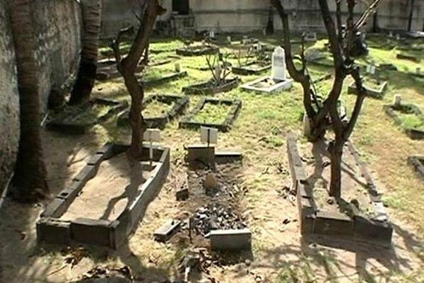 cimetière musulman de Saint-Pierre : tombes vandalisées