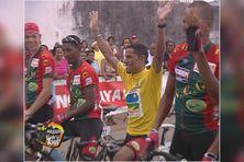 Le V de la victoire en 2006 pour Patrice Denays Candau vainqueur du Tour de Guyane
