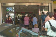Ils font la queue pour payer le dernier jour avant la majoration de 10 %.
