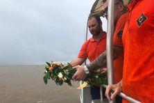 Une gerbe a été lancée à la mer en hommage