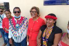 La maire de Cayenne entourée des représentants autochtones