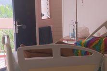 Malade dans une chambre à l'hôpital Pierre Zobda Quitman.