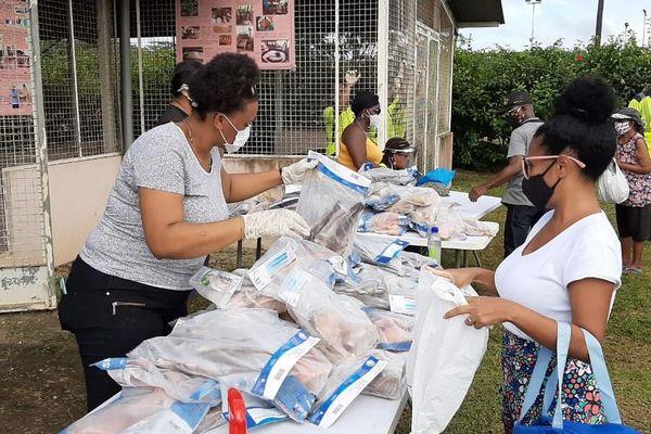 Opération distribution de poissons à Saint-Georges de l'Oyapock