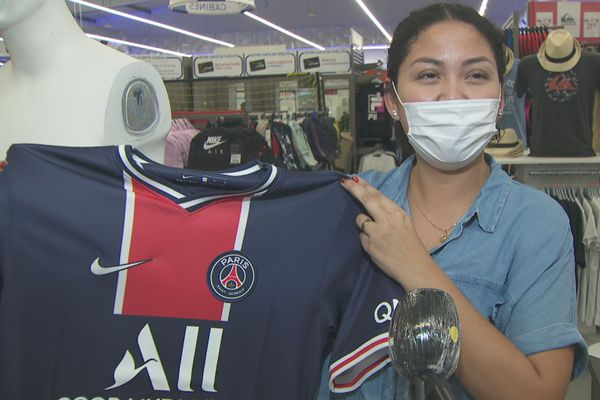 Les supporters du PSG équipés de leurs maillots