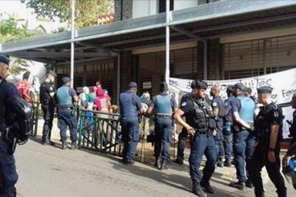 Forces de l'ordre devant la préfecture de Mayotte