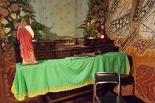 Dans la nef, à proximité de l'autel, le meuble de bois qui protégeait le Tabernacle a été renversé sur le sol et endommagé.