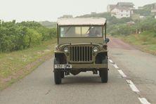 Gérard Dagort profite d'une balade à bord de sa Jeep Willys