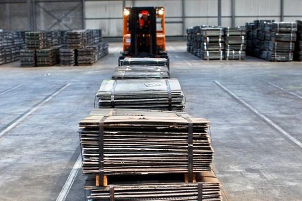 Nickel pur. Cathodes dans l'entrepôt LME Trafigura Anvers Belgique.