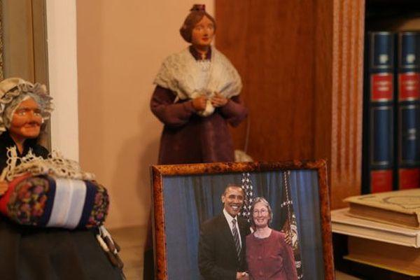 Sur la cheminée de Jacques Cestor, Obama trône au milieu des santons