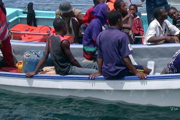 Des clandestins comoriens  à bord d'un kwassa kwassa