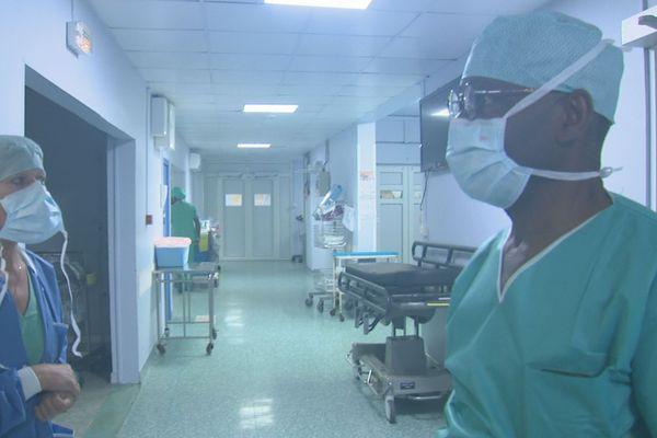 Médecins dans une clinique