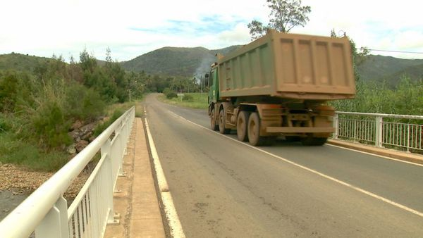 Thio, camion sur pont, février 2020