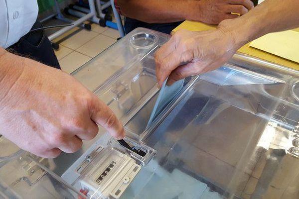 Une enveloppe glissée dans une urne lors d'une élection.
